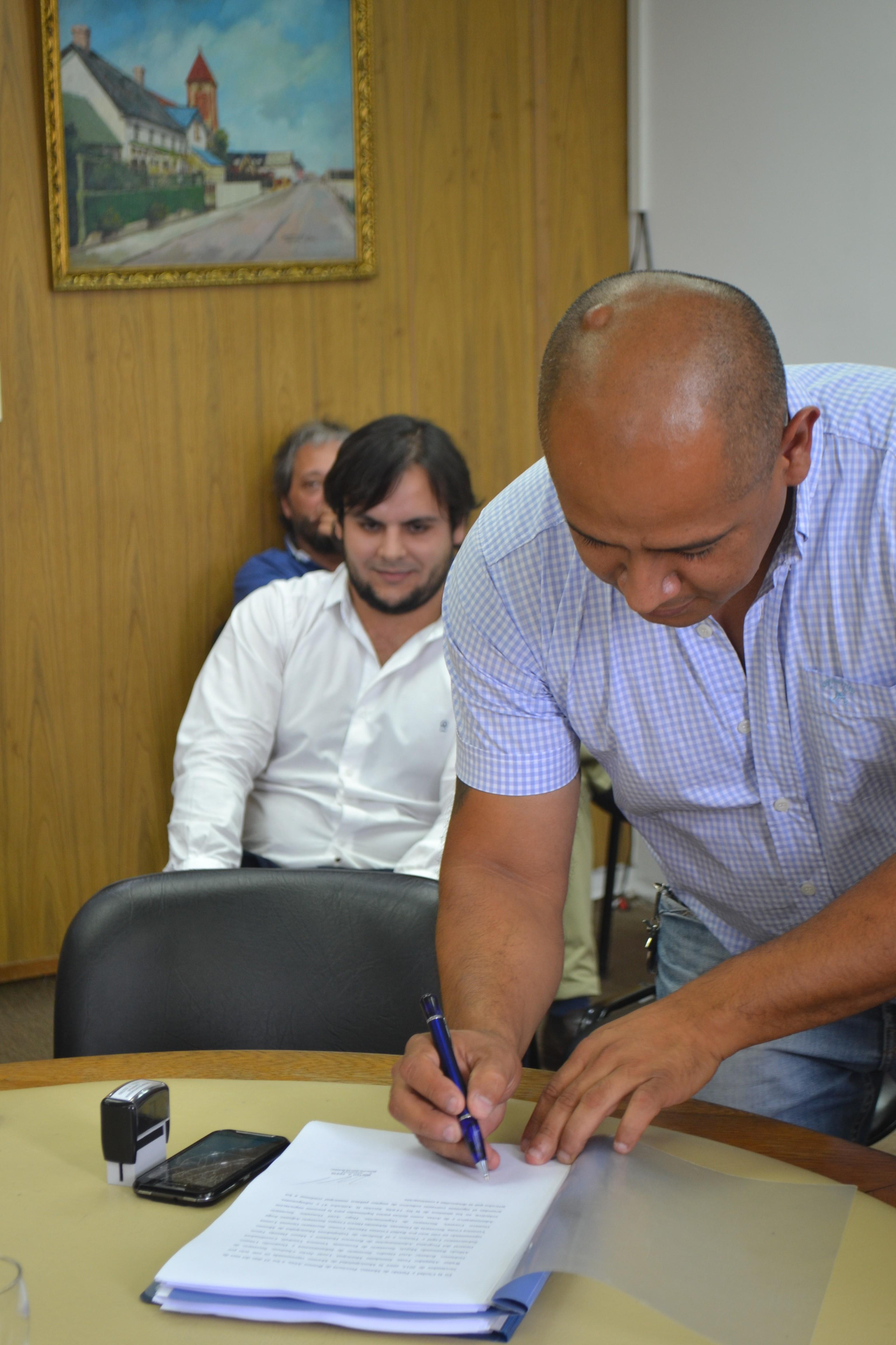 El compañero Marcelo Cosme, firmando el Convenio Colectivo de Trabajo